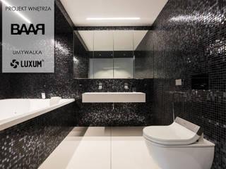 Świetlista mozaika i białe wyposażenie łazienki. Minimalistyczna łazienka od Luxum Minimalistyczny
