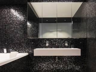 Minimalist style bathroom by Luxum Minimalist