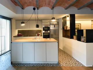 Rehabilitación integral de vivienda unifamiliar Cocinas de estilo mediterráneo de HD Arquitectura d'interiors Mediterráneo