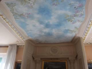 Soffitto a cielo: Soggiorno in stile in stile Classico di Colori nel Tempo - decorazioni pittoriche