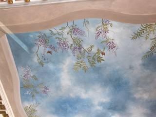 Soffitto dipinto a cielo, decorazione con glicine: Soggiorno in stile in stile Classico di Colori nel Tempo - decorazioni pittoriche