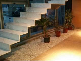Escalera Mármol.: Pasillos y hall de entrada de estilo  por Muebles Menard