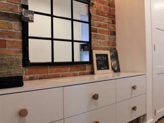 Aranżacja korytarza z wykorzystaniem starej ramy okiennej.: styl , w kategorii Korytarz, przedpokój zaprojektowany przez TETE concept,
