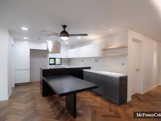 Cocinas de estilo moderno de 맥퍼니컬러스 Moderno