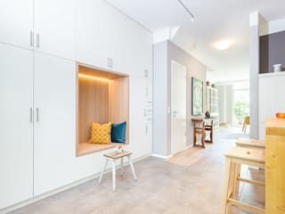 Wenn die Küche direkt im Eingangsbereich ist und man dort sowohl Platz zum Sitzen, aber auch Stauraum braucht...: moderne Küche von Agnes Lobisch | Gestaltung leben