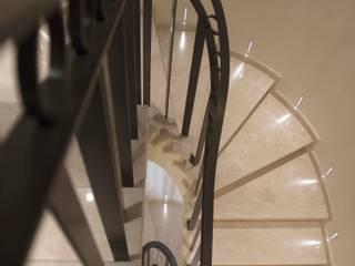 Villa storica nel Carrarese Ingresso, Corridoio & Scale in stile minimalista di interninow Minimalista