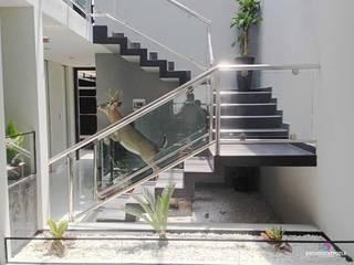 Casa 102: Pasillos y recibidores de estilo  por Estudio Chipotle