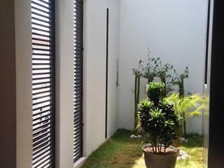 Casa 102: Jardines de estilo  por Estudio Chipotle