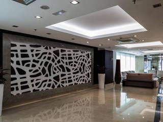 Corridor, hallway by ESTUDIO 5 DISEÑO Y DECORACIÓN