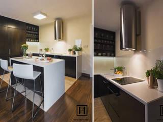 現代廚房設計點子、靈感&圖片 根據 Huk Architekci 現代風