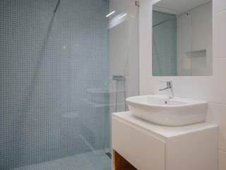 Minimalist style bathroom by Contexto ® Minimalist Ceramic