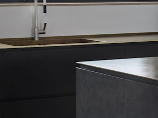 201605 – KITCHEN WITH ISLAND IN GRES AND CABINETS IN WHITE LACQUERED Modern Kitchen by TM Italia Modern