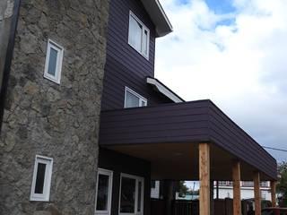 Casas ecléticas por U.R.Q. Arquitectura Eclético de madeira e plástico