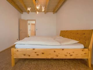 Massivholzbetten von Lignum Möbelmanufaktur GmbH Rustikal