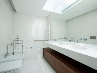Casa de banho moderna: Casas de banho modernas por MOYO Concept