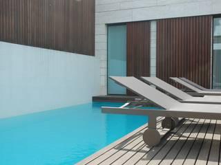 Piscina exterior: Piscinas modernas por MOYO Concept