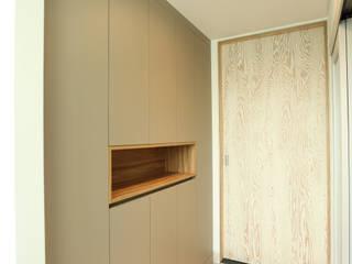 Ruang Keluarga Modern Oleh atelierBASEMENT Modern