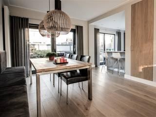 Van Toledo interieurontwerp & advies Sala da pranzoIlluminazione Legno Effetto legno