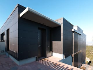 VIVIENDA UNIFAMILIAR AISLADA EN LAS PLANAS, SANT CUGAT Casas de estilo moderno de Irabé Projectes Moderno