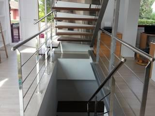 AMPLIACIÓN DE VIVIENDA EN EL GOLF DE NAVATA Pasillos, vestíbulos y escaleras de estilo moderno de Irabé Projectes Moderno
