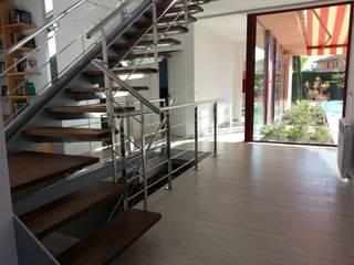 Couloir, entrée, escaliers modernes par Irabé Projectes Moderne