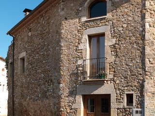 REHABILITACIÓN DE MASIA COMO VIVIENDA EN ESPONELLÀ, PLA DE L'ESTANY Casas de estilo rústico de Irabé Projectes Rústico