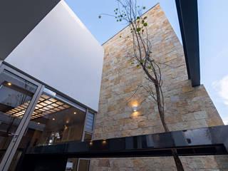 CASA DEL PARQUE Balcones y terrazas modernos de espacio NUEVE CERO UNO Moderno