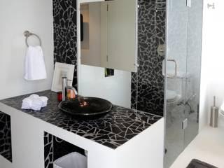 Ванные комнаты в . Автор – RRA Arquitectura, Минимализм Керамика