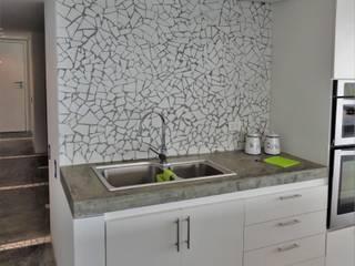 Apartamento de Playa: Cocinas de estilo  por RRA Arquitectura