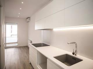 Grupo Inventia Casas de estilo minimalista Compuestos de madera y plástico Blanco