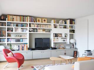 Séjour / bibliothèque: Salon de style de style Moderne par A comme Archi