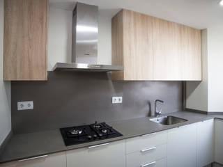 Grupo Inventia Cocinas de estilo moderno Compuestos de madera y plástico Acabado en madera