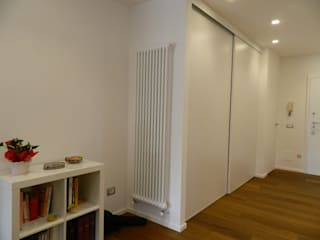 essenzialita': Ingresso & Corridoio in stile  di Archgallery