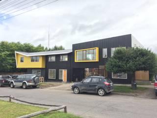 CAJA NEGRA Oficinas Casas estilo moderno: ideas, arquitectura e imágenes de U.R.Q. Arquitectura Moderno