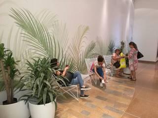 Salas de espera Centro Comercial:  de estilo  por Mental Design