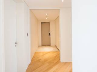 Couloir, entrée, escaliers modernes par 영보디자인 YOUNGBO DESIGN Moderne