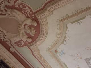 Soffitto restaurato, particolare degli stucchi e dei decori:  in stile  di Colori nel Tempo - decorazioni pittoriche