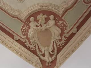 Soffitto dipinto, particolare degli stucchi: Sala da pranzo in stile in stile Classico di Colori nel Tempo - decorazioni pittoriche