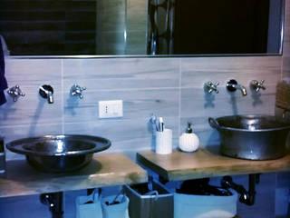 bagno: arredo zona lavabo: Bagno in stile in stile Scandinavo di Dilegno InLegno