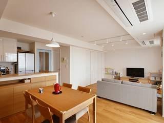 さわやかで明るい白のリビング: 株式会社スタイル工房が手掛けたです。