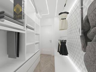 Modern dressing room by ROOM STUDIO Modern