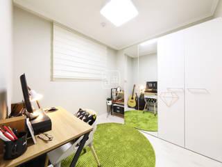 특별한 헹거치프 역할을 해주는 아파트 인테리어 23평 미니멀리스트 침실 by 쉼표디자인SHUIMPYO DESIGN 미니멀