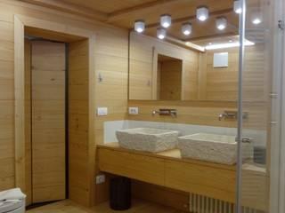 Mobile con lavabi in Pietra di Rapolano realizzati su disegno: Bagno in stile in stile Moderno di Mariapia Alboni architetto