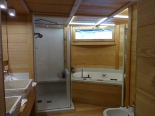 Zona Vasca idromassaggio ad incasso e cabina doccia: Bagno in stile in stile Moderno di Mariapia Alboni architetto