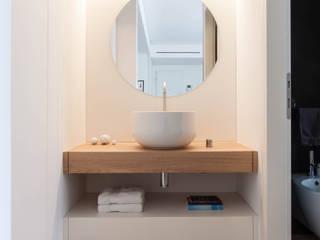 Phòng tắm phong cách tối giản bởi Didonè Comacchio Architects Tối giản