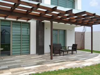 Terraza de jardín Balcones y terrazas de estilo moderno de ANTARA DISEÑO Y CONSTRUCCIÓN SA DE CV Moderno Madera Acabado en madera