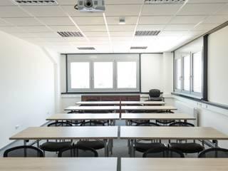 Schulungsraum:  Bürogebäude von alegroo - interior design