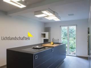 Lichtgestaltung in Wohnhaus: modern  von Lichtlandschaften,Modern