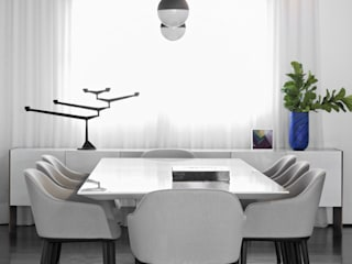 Dining room by DIEGO REVOLLO ARQUITETURA S/S LTDA.