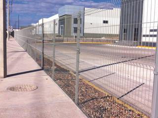 Las rejas de acero Electropanel de REJAMEX están fabricadas con alambre galvanizado de alta calidad.: Edificios de Oficinas de estilo  por Rejamex